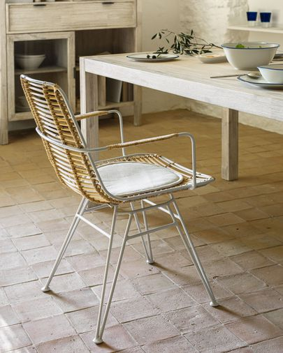 Cadira amb braços Tishana de ratan i blanc