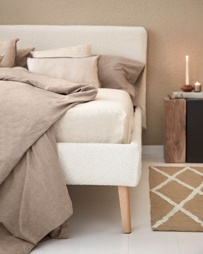 Dyla bed in white shearling with solid beech legs 160 x 200 cm