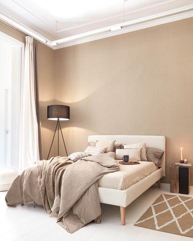 Dyla Bett aus weißem Schaffell und Beinen aus massivem Buchenholz 160 x 200 cm