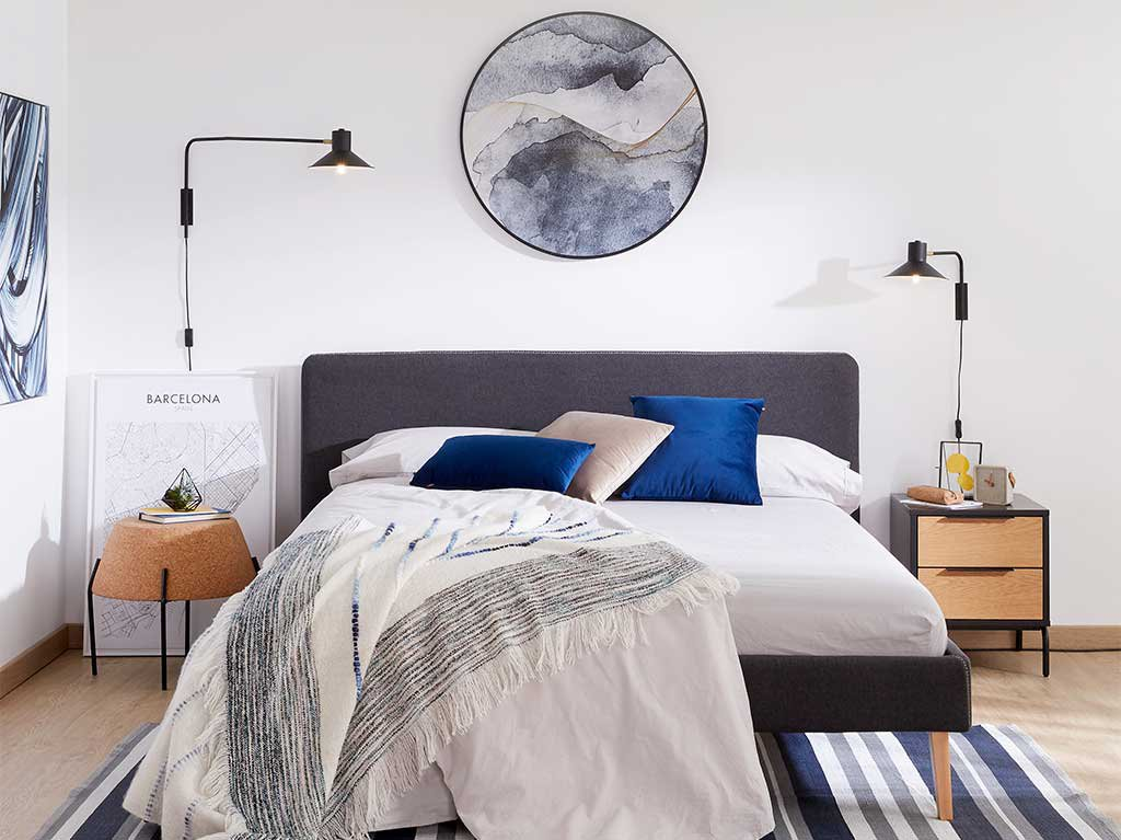 cuadro-redondo-azul-encima-cama.jpg