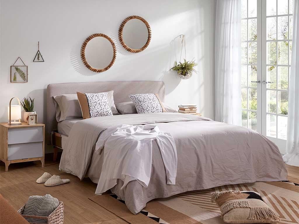 espejo-redondo-madera-pared-cama.jpg