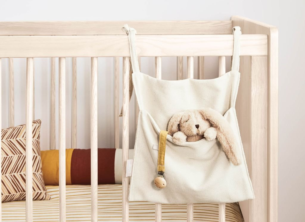 ideas-regalos-utiles-mama-primeriza-bebe-bolsa-organizadora-cuna.jpg