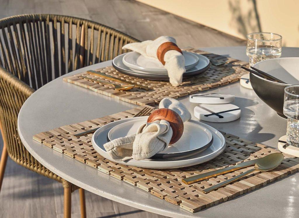 mesa-redonda-decorada-terraza