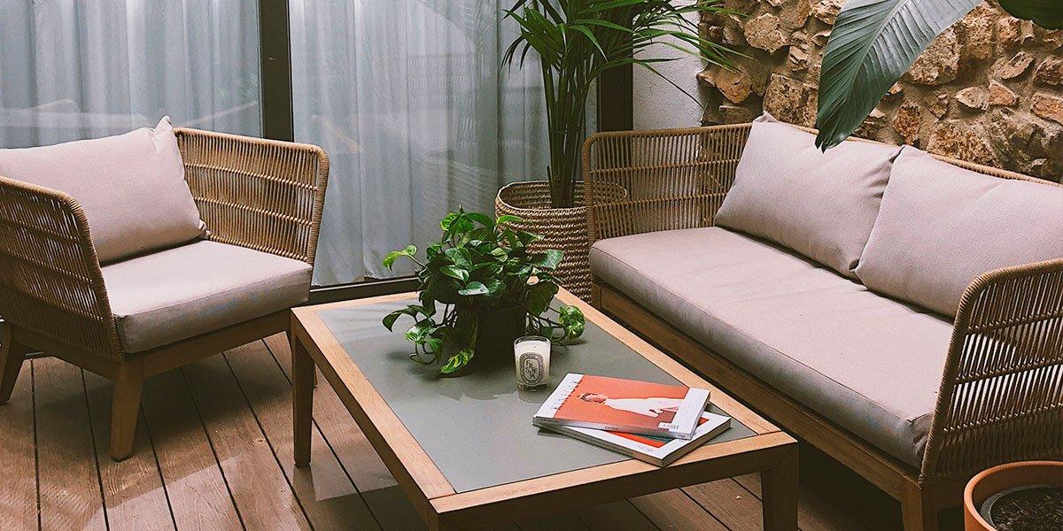 portada-nina-urgell-casa-patio-interior-muebles-exterior-kave-home.jpg
